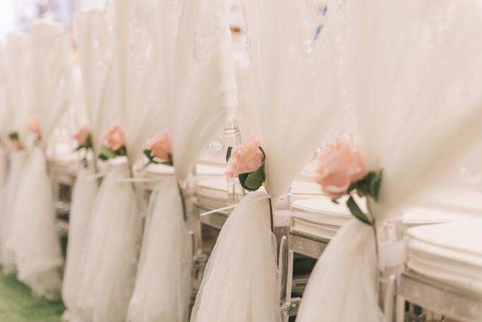 Mỗi ghế được gắn thêm mảnh vải lụa, hoa lụa làm điểm nhấn.