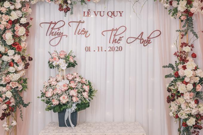 Bảng tên của cô dâu chú rể được viết theo phong cách chữ calligraphy. Sau lễ vu quy ở nhà gái, cô dâu chú rể di chuyển tới một nhà hàng sang trọng ở hồ Tây để tổ chức tiệc cưới với sự góp mặt của các khách mời thân thiết.