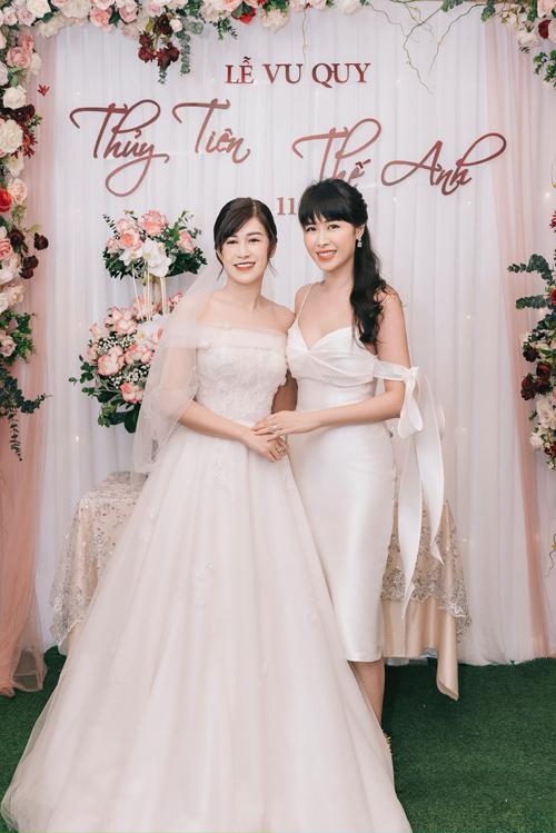 Sáng ngày 1/11, em gái Thủy Anh là cô dâu Thủy Tiên đã làm lễ vu quy tại gia ở Hà Nội. Tông màu chủ đạo của lễ vu quy khá giống với lễ ăn hỏi trước đó, cũng mang tông hồng chủ đạo.
