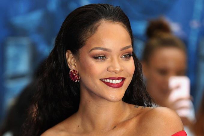 5. Rihanna, 32 tuổi. Tài sản: 600 triệu USDTài sản của nữ Rihanna, 32 tuổi, một lần nữa trở thành nữ nhạc sĩ giàu có nhất nước Mỹ với tổng tài sản 600 triệu USD. Hầu hết tài sản của Rihanna đến từ dòng mỹ phẩm của cô, Fenty Beauty (liên doanh với tập đoàn hàng xa xỉ LVMH) và dòng đồ lót Savage x Fenty, do công ty thời trang Techstyle đồng sở hữu.