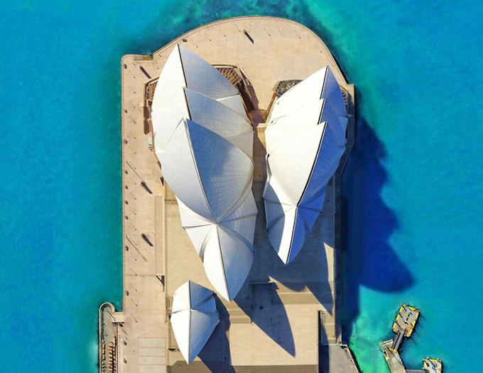 Nhà hát Opera Sydney House nhìn từ góc máy thẳng đứng bằng flycam khiến nhiều người bất ngờ vì sự khác lạ. Ngay cả những người quen thuộc với công trình nổi tiếng này cũng cảm thấy đôi chút ngỡ ngàng vì khi nhìn từ trên cao, nhà hát con sò vẫn đẹp đến vậy. Từng lớp vỏ sò trắng tinh xếp hàng 3 khối, tọa lạc trên một bán đảo nhìn ra vịnh Syney.