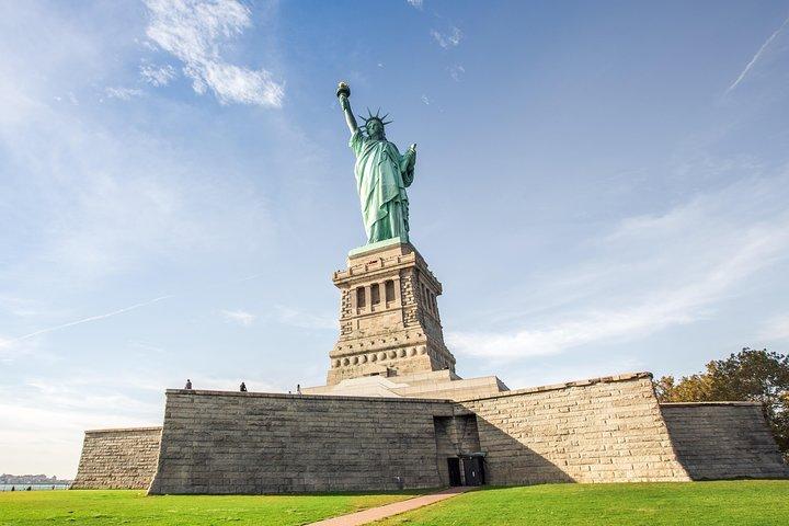 Tượng Nữ thần Tự do tọa lạc ở đảo  Liberty tại cảng New York. Tượng cao 93m (tính đến đỉnh ngọn đuốc), là biểu tượng của nước Mỹ tự do. Phần vương miện của vị nữ thần chính là một đài quan sát, nơi du khách có thể ngắm cảnh New York từ vị trí có 1-0-2.