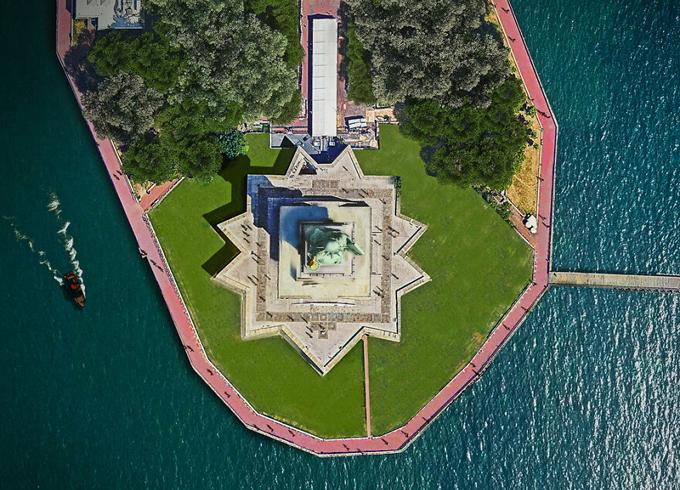 Phải để ý kỹ, bạn mới có thể nhận ra chi tiết quen quen của công trình này - tượng Nữ thần tự do ở New York (Mỹ). Khi đi xung quanh chân tượng, bạn sẽ không thể biết hình dáng của vành đai bảo vệ là một ngôi sao 11 cánh. Nền móng và bệ tượng được chỉnh sao cho bức tượng quay mặt về hướng Đông Nam để chào đón tàu thuyền từ Đại Tây Dương đi vào trong bến cảng hồi thế kỷ 19.