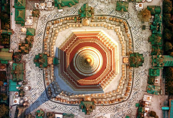 Chùa Shwedagon hay Chùa Vàng, ở Yangon, Myanmar. Stupa dát vàng (tháp) của chùa cao tới 98 mét trên đỉnh nạm 5448 viên kim cương và 2317 viên hồng ngọc, trên cùng là búp kim cương gắn một viên kim cương 76 carat. Nhìn từ trên cao, tòa tháp giống như hoa văn dệt thổ cẩm tinh xảo.