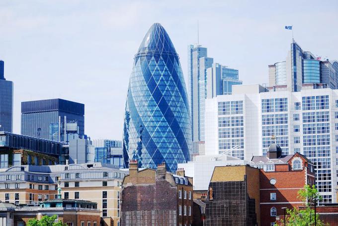 Tòa nhà chọc trời cao 41 tầng được xây dựng vào năm 2004 với những tấm kính hiện đại và những cột thép chắc chắn. Đây là một trong những tòa nhà bắt mắt nhất ở London và tòa nhà này là nơi nổi bật nhất khi sừng sững giữa trung tâm thành phố. Tuy nhiên, nhìn từ góc này, công trình không thực sự gây ấn tượng.