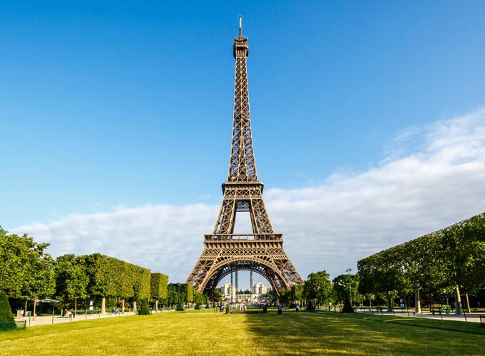 Góc ảnh kinh điển của du khách khi tới kinh đô ánh sáng Paris. Tháp cao 325m, được khánh thành năm 1889. Nhìn từ đây, du khách mới phân biệt được các tầng khác nhau của tòa tháp nổi tiếng này. Mỗi tầng đều có đài quan sát, nhà hàng, nơi du khách có thể ngắm nhìn toàn cảnh Paris.