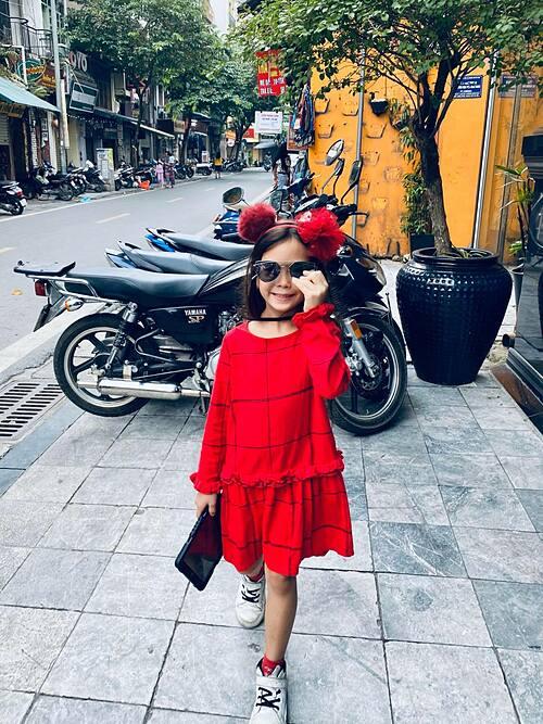 Con gái ca sĩ Đoan Trang được khen phong thái ngầu không thua kém mẹ.