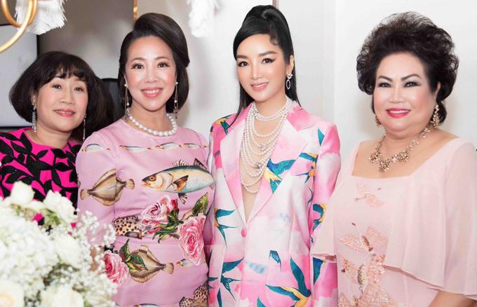 Giáng My chụp ảnh kỷ niệm cùng các khách mời cũng diện váy áo gam hồng.