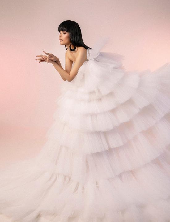 Bộ ảnh được thực hiện với sự hỗ trợ của nhiếp ảnh Lê Thiện Viễn, trang điểm GHY, trang phục Phạm Đăng Anh Thư.