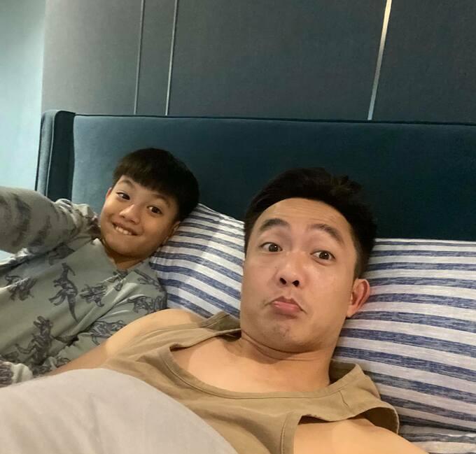 Cường Đôla và con trai tranh thủ pose hình trước khi đi ngủ và hỏi mọi người ai đẹp trai hơn?.