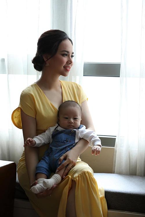 Diễn viên Đinh Ngọc Diệp hạnh phúc bên con trai thứ hai.