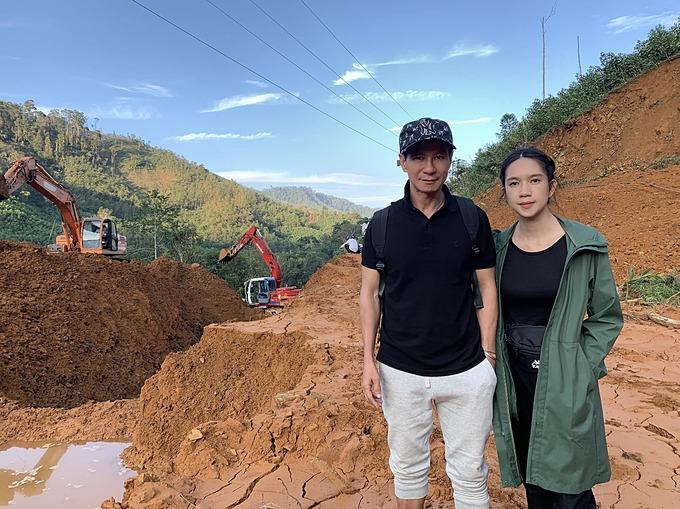 Vợ chồng Lý Hải - Minh Hà trong chuyến đi từ thiện giúp đỡ bà con ở huyện Bắc Trà My (Quảng Nam).