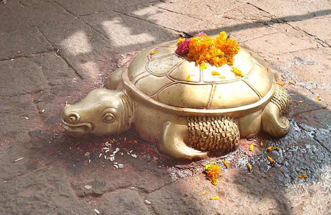 Tượng rùa vàng ở Nepal. Ảnh: Pen News.
