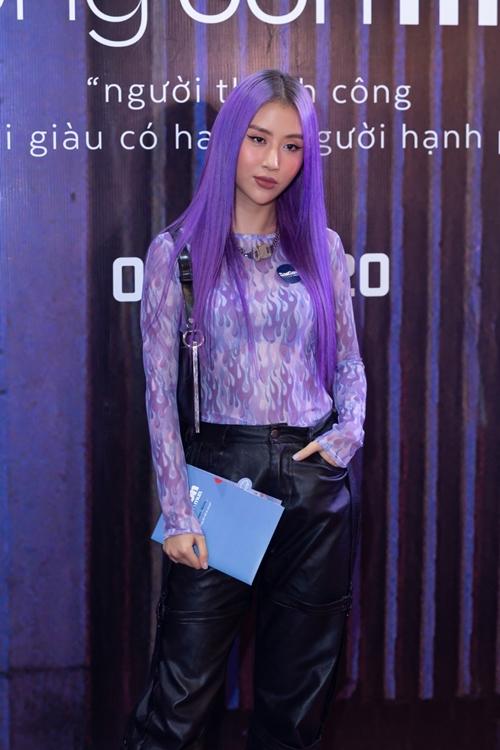 Fashionista Quỳnh Anh Shyn nổi bật ở sự kiện với mái tóc tím ombre.