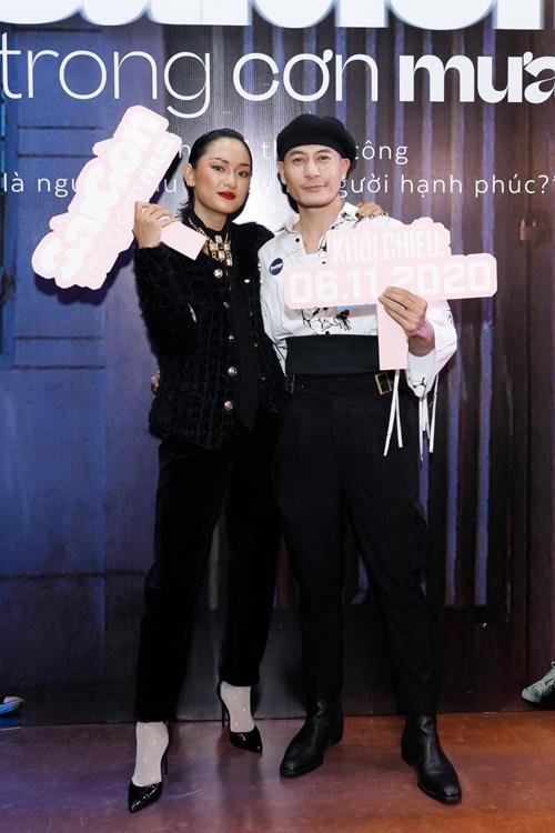 NTK - người mẫu Trương Thanh Long (phải) đóng một vai khách mời trong Sài Gòn trong cơn mưa.