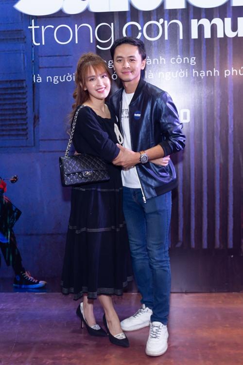 Diễn viên Tú Vi và ông xã - diễn viên, ca sĩ Văn Anh tình tứ bên nhau khi trốn con đi xem Sài Gòn trong cơn mưa.