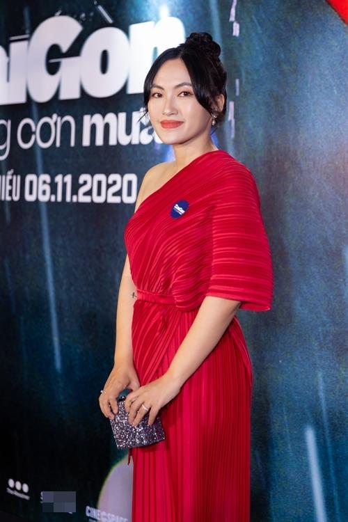 Ca sĩ Nguyên Hà diện đầm đỏ lệch vai dự ra mắt phim. Cô góp mặt trong Sài Gòn trong cơn mưa với một vai diễn khách mời.