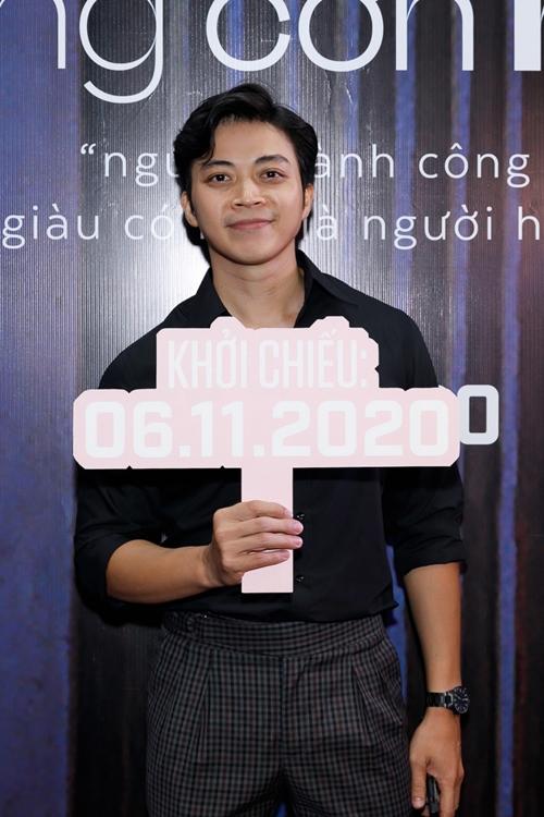 Ca sĩ Lân Nhã đến chúc mừng đoàn phim Sài Gòn trong cơn mưa cùng ca sĩ Nguyên Hà và giám đốc âm nhạc Phạm Hải Âu - hai người đồng âm thân thiết của anh.