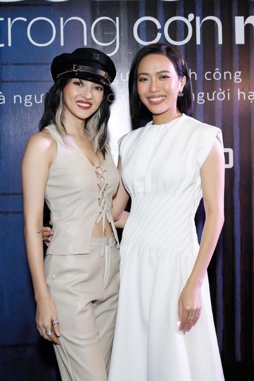 Đôi bạn thân Bảo Anh (trái) và Diệu Nhi của phim Chiến dịch thoát ế hội ngộ ở sự kiện.Cả hai đều thân thiết với êkíp làm phim Sài Gòn trong cơn mưa.