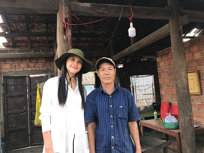 Hoa hậu Tiểu Vy ăn mặc giản dị, để mặt mộc khi đi trao quà cho bà con bị ảnh hưởng do lũ ở miền Trung.