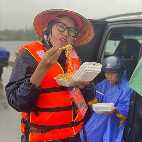 Trang Trần làm từ thiện ở miền Trung.