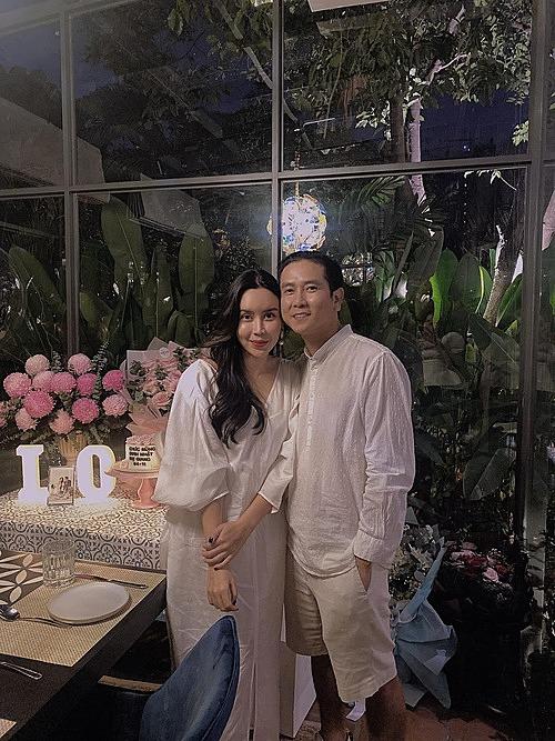 Lưu Hương Giang hạnh phúc bên ông xã Hồ Hoài Anh trong ngày sinh nhật.