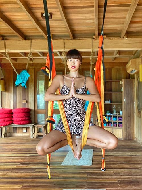 Siêu mẫu Hà Anh thử sức bộ môn yoga dây treo người lơ lửng trên cao trong chuyến du lịch tại Nha Trang.