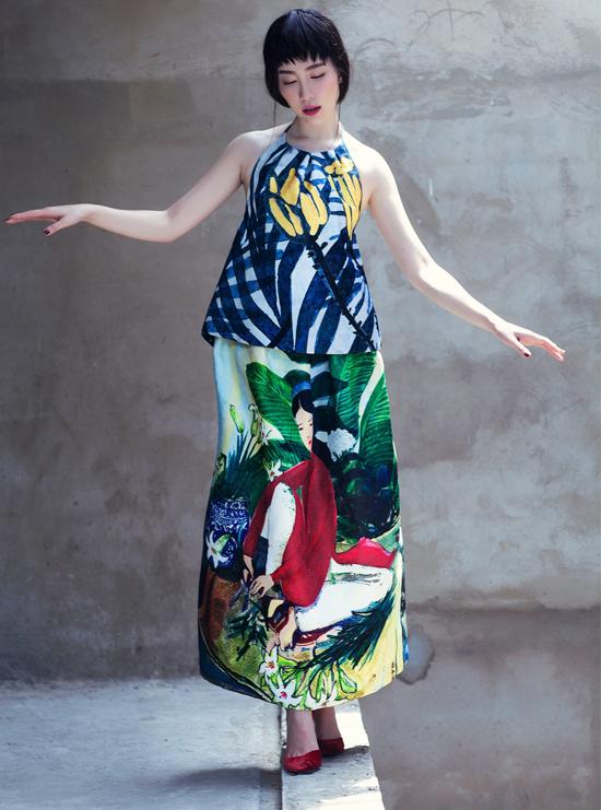 Diễn viên múa Linh Nga điệu đà trong trang phục cổ yếm thuộc sưu tập Lúng liếng ra mắt năm 2015. Thủy Nguyễn chia sẻ mỗi tác phẩm của cô đều gắn liền với cuộc sống thường nhật, những kỷ niệm bình dị, thân thuộc với mọi người.