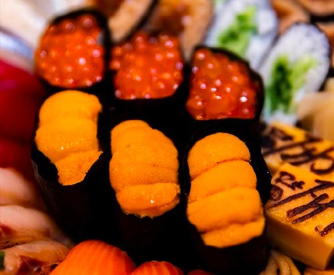 Cầu gai có thể ăn trực tiếp hoặc làm sushi nigiri. Phần này được tách ra từ trứng cầu gai đầy gai góc, vốn là phần trứng ở bên trong. Chúng được sơ chế cẩn thận cho hết chất nhầy mà vẫn giữ được hình dáng, không vị vỡ. Hương vị mềm, béo, mát, hơi mằn mặn của các món hải sản và đọng lại chút the the ấn tượng.
