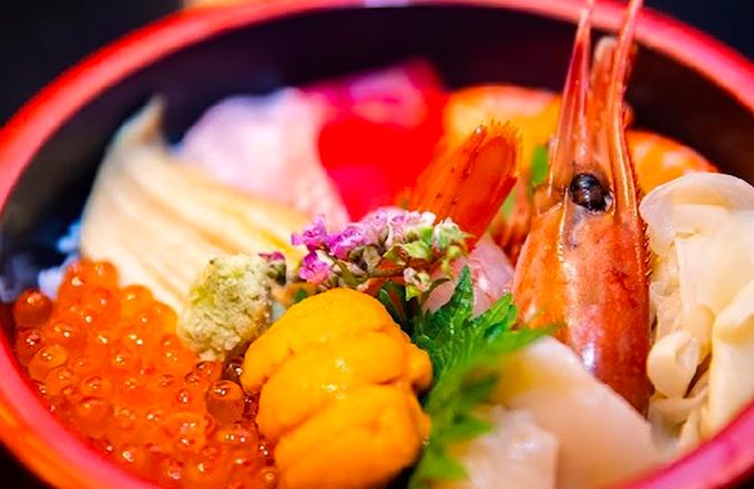 Bát kaisendon dành cho một người có giá 1.500.000 đồng. Kaisendon là một món cơm truyền thống của Nhật Bản, bao gồm một bát cơm được trộn với hải sản sống. Màu sắc hấp dẫn, nổi bật, chỉ nhìn thôi cũng đủ lịm tim.