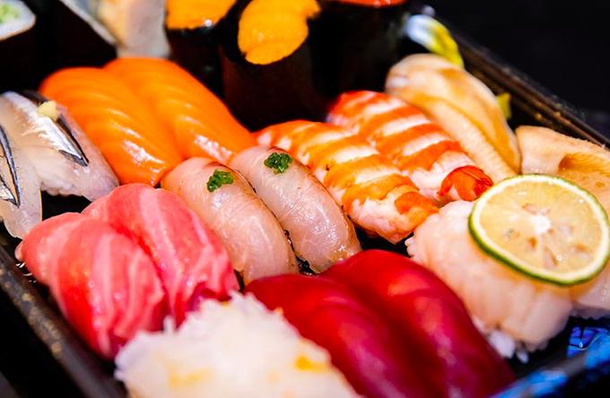 Được biết đến là một trong những nhà hàng đầu tiên tại Việt Nam phục vụ theo phong cách omakase, nơi đây phục vụ set ăn theo nguyên liệu từng ngày và từng mùa. Thực khách sẽ trả một khoản tiền cố định 4.000.000 đồng cho một set ăn, món ăn thay đổi theo sự sáng tạo của đầu bếp đầy kinh nghiệm, dựa trên nguyên liệu của ngày hôm đó. Trào lưu omakase đang khá thịnh hành ở các nhà hàng Nhật cao cấp tại Việt Nam.