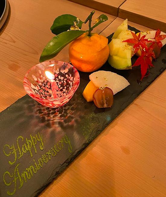 Hà Tăng và ông xã cùng chia sẻ hình ảnh về bữa tiệc kỷ niệm ngày cưới. Nhà đặc biệt dành tặng hai vợ chồng món quà là món tráng miệng rắc vàng cùng dòng chữ happy anniversary. Hai người thưởng thức set omakase giá 6.000.000 đồng (giảm còn 4.000.000 đồng/người khuyến mại nhân dịp sinh nhật nhà hàng). Thực đơn gồm 5 món khai vị, 5 loại sashimi, 1 món đặc trưng của nhà hàng, 1 món chín, 1 món hấp, 1 món cá nướng, 10 loại sushi, 1 súp truyền thống của Nhật và món tráng miệng.