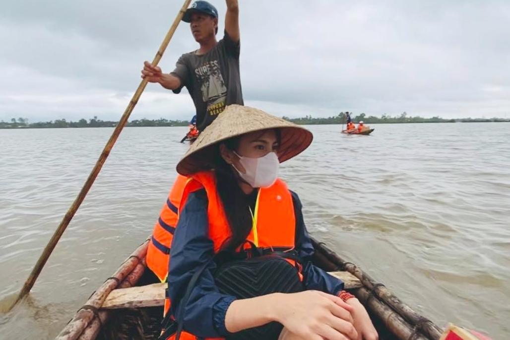 Thủy Tiên không ngại nguy hiểm đi cứu trợ miền Trung gần một tháng qua.