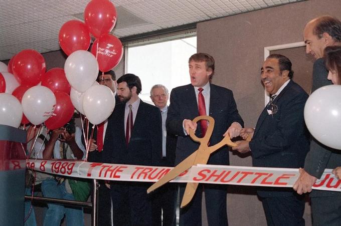 Donald Trump (giữa) trong lần khai trương chuyến bay đầu tiên tại sân bay LaGuardia, New York. Ảnh: BI.