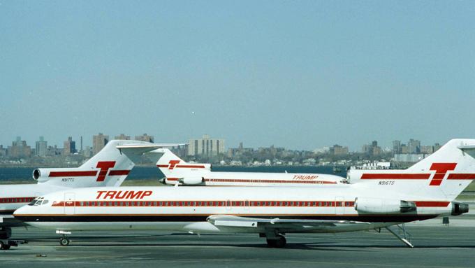 Chiếc máy bay Boeing 727 mang thương hiệu Trump Shuttle tại sân bay sân bay LaGuardia, New York năm 1991. Ảnh: BI.