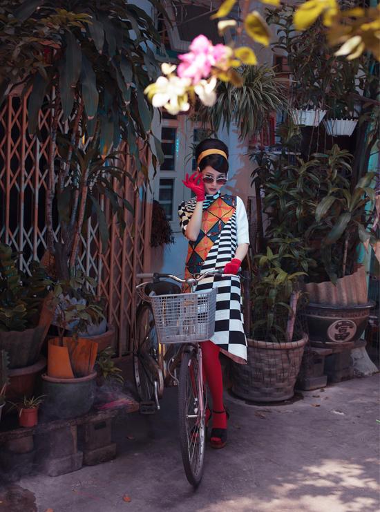 Cũng trong năm 2017 Thủy Nguyễn ra sưu tập áo dài in họa tiết gạch bông Cô Ba Sài Gòn. Diễn viên Diễm My và nhiều nghệ sĩ diện trang phục Thủy Nguyễn đóng bộ phim cùng tên, nói về nghề may đo áo dài.