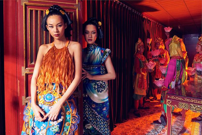 Chân dài Phí Phương Anh (đứng trước) và một đồng nghiệp giúp Thủy Nguyễn giới thiệu sưu tập Mỵ Châu năm 2019.