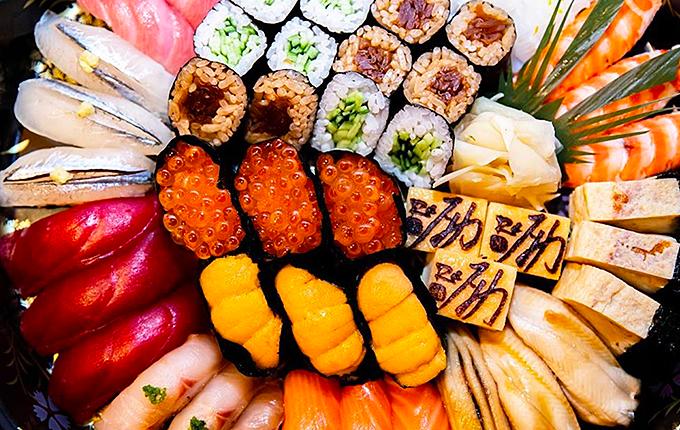 Ngoài ra, nhà hàng cũng có những set sushi, sasimi dành riêng cho thực khách ghiền món ăn này. Set dành cho 3-4 người có giá 4.200.000 đồng với 35 miếng sushi đủ loại.