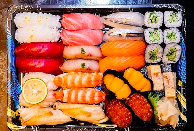 Phần ăn 2 người có giá 3 triệu đồng, chất lượng không thay đổi chỉ có khẩu phần giảm bớt với khoảng 25 miếng sushi sasimi các loại.