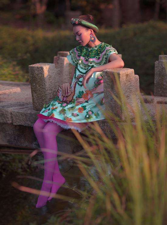 Siêu mẫu Thanh Hằng làm duyên với thiết kế thêu họa tiết nổi thuộc sưu tập Tình tang năm 2019. Triển lãm Mộng bình thường của Thủy Nguyễn diễn ra từ 7/11 đến 6/2/2021. Sự kiện quy tụ hơn 100 hiện vật gồm 60 thiết kế thuộc các sưu tập của Thuy Design House giai đoạn 2011-2020. Nhà thiết kế muốn nhìn lại chặng đường gần 10 năm đã qua của cô và chia sẻ cuộc sống, sự nghiệp của mình với công chúng.