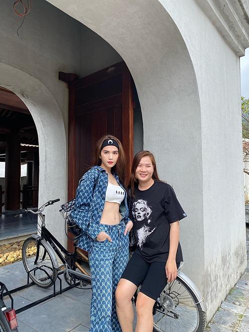 Ngọc Trinh khoe eo thon phẳng lì bên trợ lý Thúy Kiều trong chuyến du lịch nghỉ dưỡng ở Quảng Ninh.