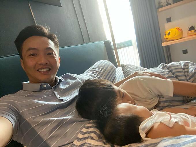 Cường Đôla hạnh phúc bên con trai Subeo và công chúa nhỏ mới sinh. Nam doanh nhân trải lòng: Làm việc cả ngày về nhà thế này là đủ.