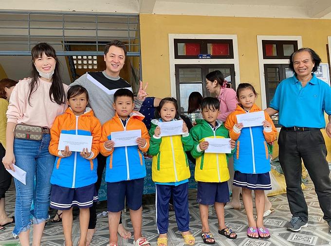 Vợ chồng Đăng Khôi - Thủy Anh trao học bổng cho các học sinh có hoàn cảnh khó khăn tại Quảng Điền - Thừa Thiê Huế.