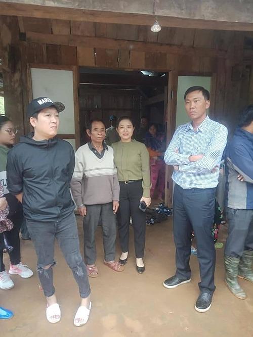 Trường Giang có mặt ở Nam Trà My (Quảng Nam) giúp đỡ, chia sẻ mất mát với bà con bị thiệt hại do cơn bão số 9.