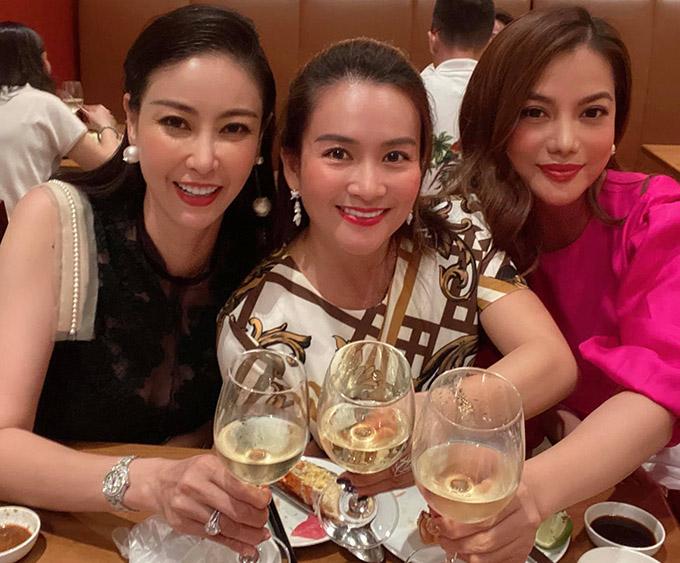 Hội bạn thân của Anh Thơ còn có hoa hậu Hà Kiều Anh. Ba người đẹp bằng tuổi nhau, có chung nhiều mối quan tâm về gia đình, con cái, thời trang, làm đẹp... nên dễ chia sẻ mọi vui buồn trong cuộc sống.