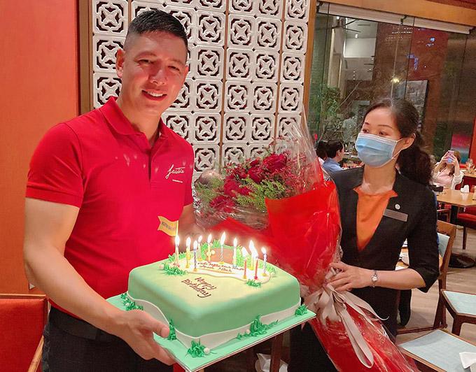 Diễn viên Bình Minh đón tuổi 39 ở một nhà hàng khách sạn 5 sao tại trung tâm TP HCM. Tiệc sinh nhật anh do bà xã Anh Thơ tổ chức, chỉ mời một số ít bạn bè thân thiết tham dự.