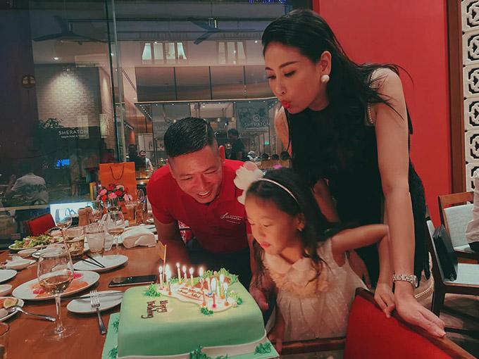 Hà Kiều Anh và con gái thổi nến giúp Bình Minh. Hoa hậu đùa rằng trông cô như đang sắm vai vợ hiền của chàng diễn viên.