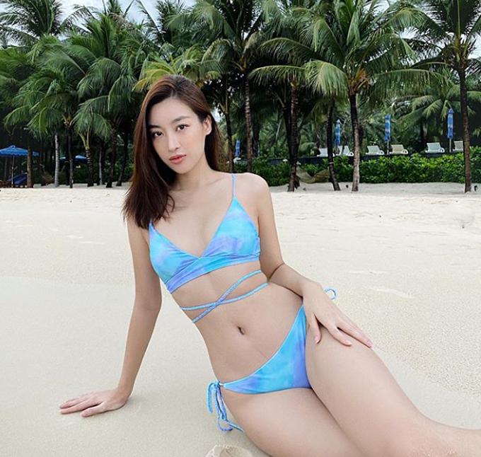 Hoa hậu Đỗ Mỹ Linh cũng có mặt tại Phú Quốc. Cô diện bikini khoe eo thon và chia sẻ: Em cũng giống như hoàng hôn. Phải chiều mới có được em.