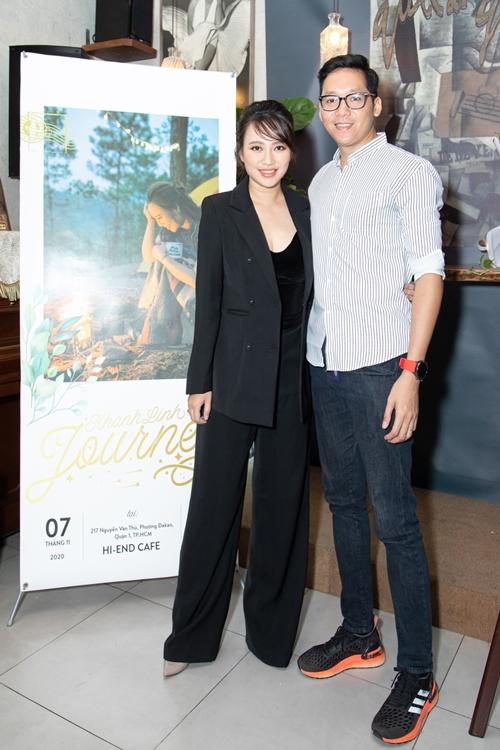 Ông xã tháp tùng Khánh Linh từ Hà Nội vào TP HCM ra mắt album.