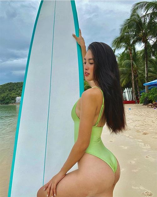 Hoa hậu Tiểu Vy diện áo tắm khoe vòng ba gợi cảm trên biển Phú Quốc.